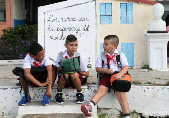 El inicio del curso escolar revela la alegría del reencuentro después de las vacaciones en Sancti Spíritus_ ACN FOTO Oscar ALFONSO SOSA 580x406