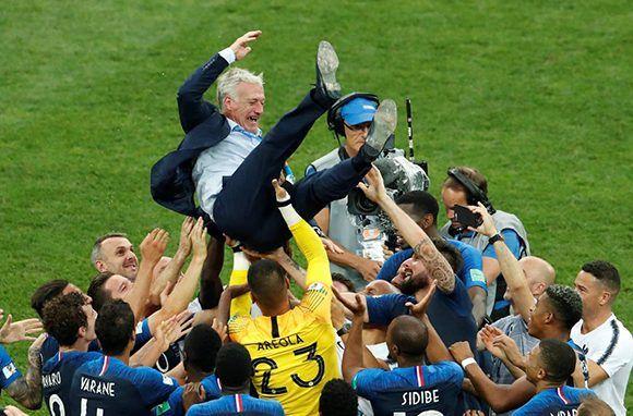 Los jugadores franceses celebran con su entrenador Didier Deschamps_ M_ SHEMETOV REUTERS 580x382