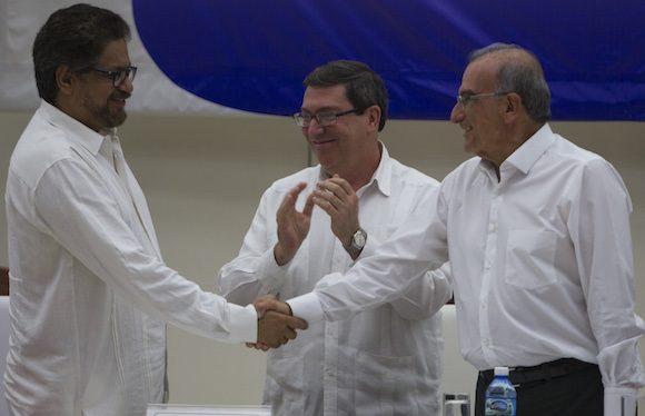 Humberto de la Calle, derecha, estrecha la mano Ivan Marquez, ante los aplausos del Canciller cubano Bruno Rodriguez . Foto: Ramon E