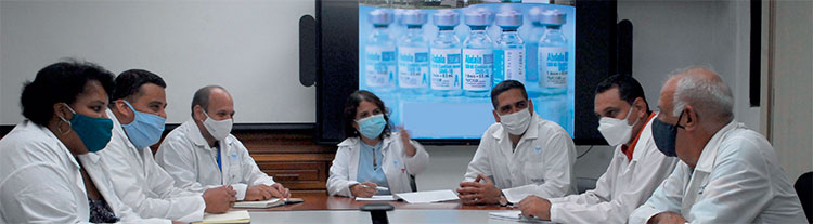En una reunión de trabajo, en compañía de algunos miembros del consejo de dirección del CIGB. Abdala y nuestro mayor regalo. Foto: Agustín Borrego