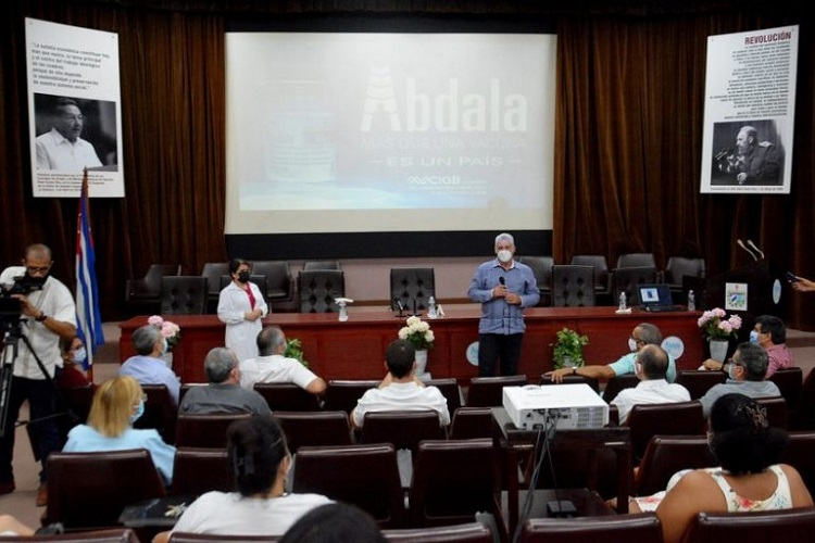 El Presidente Miguel Díaz-Canel Bermúdez en un encuentro con las investigadores del CIGB, tras informarse del análisis final de eficacia de Abdala. Foto: Estudios Revolución