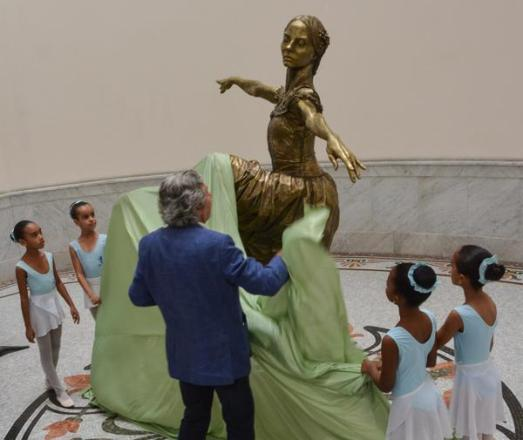 Develan escultura de Alicia Alonso