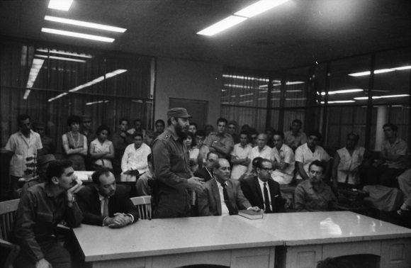 Fidel Castro y los integrantes del Secretariado del Comite Central del Partido Comunista de Cuba, visitan la redacción del periódico Hoy, donde se editaba en esos momentos el primer ejemplar del periódico Granma. Foto: Bernal Mora
