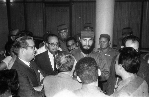 Fidel Castro y los integrantes del Secretariado del Comité Central del Partido Comunista de Cuba, visitan la redacción del periódico Hoy, donde se editaba en esos momentos el primer ejemplar del periódico Granma. Foto: Revista Bohemia
