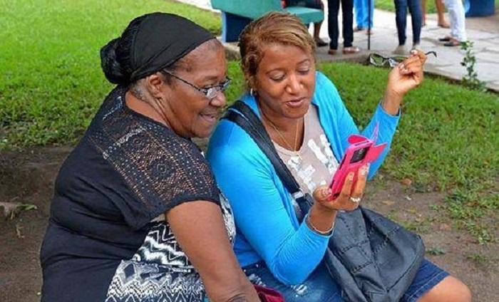 Cubanos en los parques wifi
