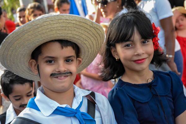 Niño y niña cubana