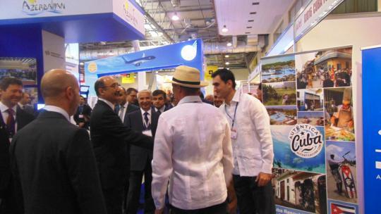ministro_turismo_visita_stand_cubano
