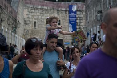 Público cubano asistiendo a la Feria del Libro