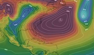 Mapa sinóptico de Windy: entre dos zonas de bajas presiones (en azul) existe un anticiclón (área más oscura), con centro en el Atlántico, que influye sobre el Caribe, el golfo de México, Estados Unidos y Canadá.