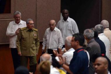 Raúl Castro, y el presidente Miguel Díaz-Canel asisten hoy a la continuación del análisis en la Asamblea Nacional