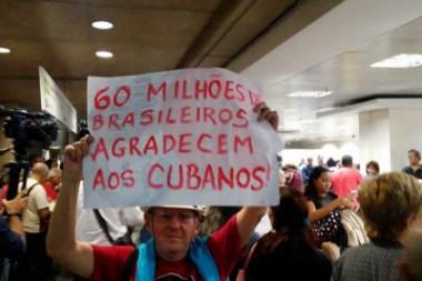 Señor con cartel agradeciendo a los médicos cubanos en Brasil
