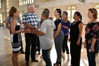 El presidente de Cuba, Miguel Díaz-Canel felicitó hoy a los artistas cubanos