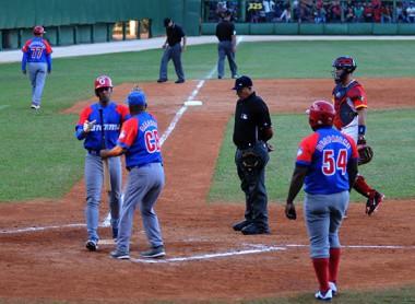 Peloteros cubanos en campo de béisbol