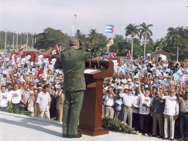 Fidel pronuncia discurso en la Tribuna Abierta en conmemoración del aniversario 47 del asalto al cuartel Moncada el 26 de julio de 1953, en la Plaza Provisional de la Revolución en Pinar del Río, 5 de agosto de 2000. Foto: Estudios Revolución / Sitio Fidel Soldado de las Ideas.