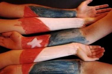 Banner con manos y bandera cubana que hace alusión a la solidaridad