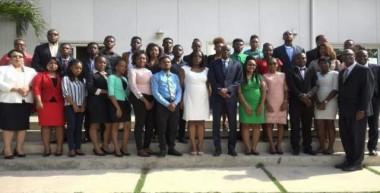 Presidente haitiano con estudiantes que comenzarán estudios de Medicina en Cuba.
