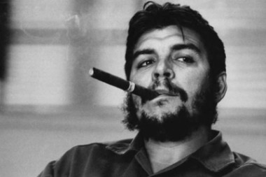 El Che fumando tabaco