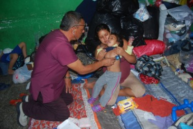 Médico cubano atiende a niña guatemalteca