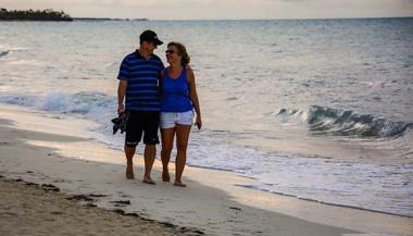 Turistas disfrutan de un paseo por la playa en Cayo Coco. Foto: Abel Padrón Padilla/Cubadebate