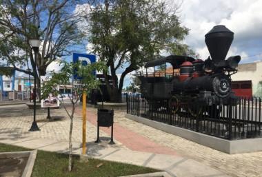 Locomotoras en el Boulevar Van Horne en la ciudad de Camagüey