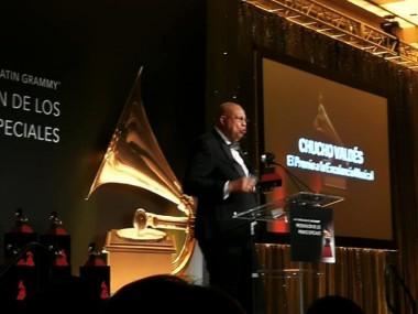 Chucho recibe el Grammy Latino a la Excelencia 2018. Foto: Mario Escalona, Presidente de la EGREM, en su cuenta de Facebook