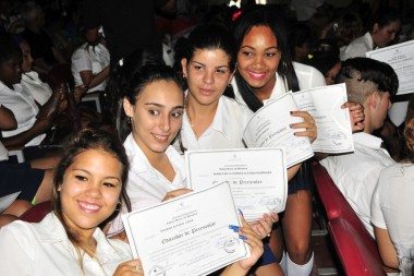 Cuba graduó a cerca de 4 mil nuevos maestros