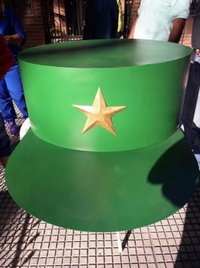 Réplica gigante de gorra de Fidel Castro