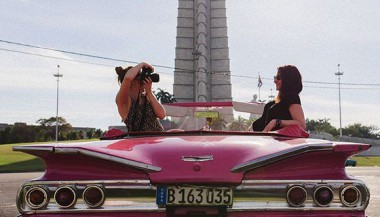 Turistas se fotografían en la Plaza de la Revoluución, de La Habana. Foto: Cuba Travel.