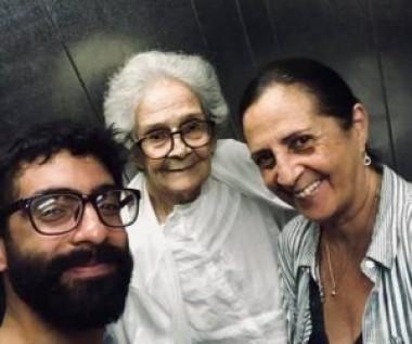 Una semana antes de conocerse la noticia de la enfermedad, Pepe Gavilondo «cuelga» en su Facebook un selfi junto a su mamá Clotilde «Loti» Peón y su abuela Marta.