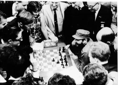 Fidel conversa con el mexicano Filiberto Terrazas y Robert Fischer (ambos a la izquierda), durante la Olimpiada Mundial de Ajedrez, en La Habana, en 1966.