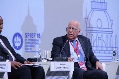 Vicepresidente del Consejo de Ministros y titular cubano de Economía, Ricardo Cabrisas durante el Foro Económico Internacional de San Petersburgo.