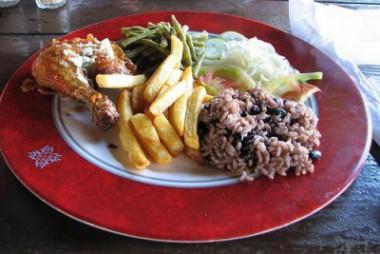 Plato con comida cubana
