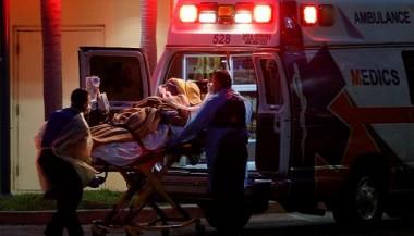 Personal de salud traslada a un paciente con coronavirus en Florida, EE.UU. Foto: Reuters