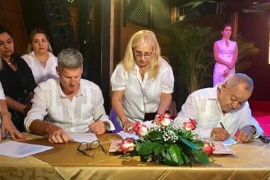 Firma del protocolo de creación de la nueva empresa mixta, entre una subsidiaria de Diageo y la corporación Cuba Ron S.A. Foto: British Embassy Havana (UK in Cuba)/Facebook.