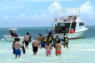 Turistas en playa cubana