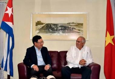 Pham Binh Minh es recibido por Emilio Lozada, director general de Asuntos Bilaterales del Ministerio de Relaciones Exteriores de Cuba.