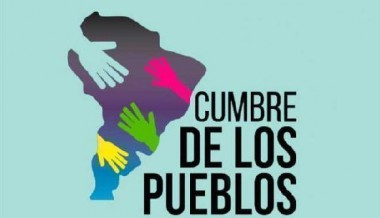 Banner alegórico a la Cumbre de los Pueblos