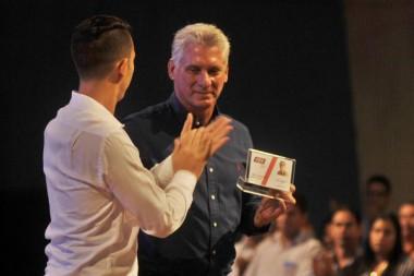 Miguel Díaz- Canel recibió simbólico reconocimiento de la FEU para Raúl Castro