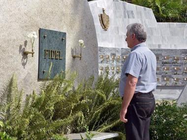 Miguel Díaz-Canel Bermúdez, rindió tributo a Fidel ante el monolito que atesora toda la gloria del mundo del Comandante en Jefe. Foto: Estudios Revolución