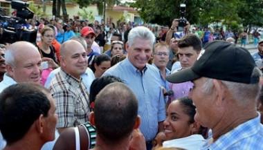 Miguel Díaz-Canel Bermúdez en contacto con el pueblo.