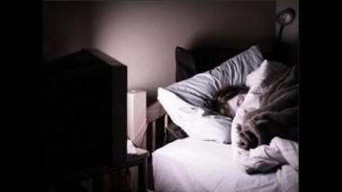 Dormir con la luz o el televisor encendido aumenta de peso
