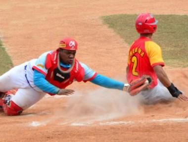 Peloteros cubanos en el campo de juego