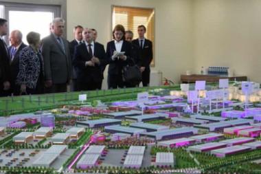 Presidente de Cuba visita parque industrial en Belarús