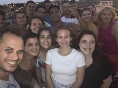 Estudiantes estadounidense posan con sus nuevos amigos de Cienfuegos. Foto: Cortesía de Dixie Halliday