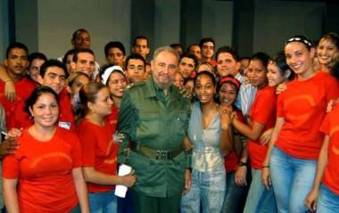 Fidel Castro Ruz , y  jovenes cubanos