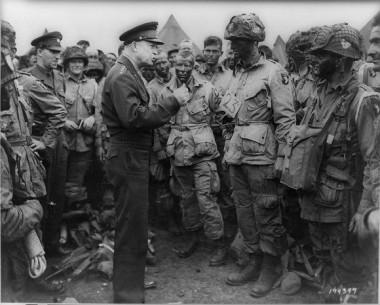 El General Dwight Eisenhower habla a las tropas antes del desembarco de Normandía.