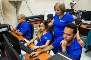 Integrantes del equipo fundador del Portal Pinareño, acompañados por Elena Julia Real Castro, directora territorial de la división Desoft y jefa del proyecto Gobierno Electrónico a nivel nacional.