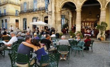 Británicos visitan a Cuba atraídos por sus encantos y la seguridad ciudadána