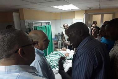 Ministro de Salud Pública de Cuba, Roberto Morales y Salvador Valdés Mesa en el Instituto Nacional de Oncología y Radiobiología donde ocurrió un incendio.