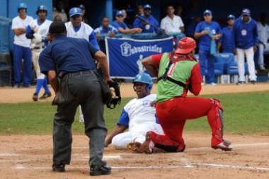 Juego entre los equipos Industriales y Las Tunas, correspondiente a la 57 Serie Nacional de Béisbol, en el estadio Latinoamericano, en La Habana, Cuba. ACN FOTO/Omara GARCÍA MEDEROS